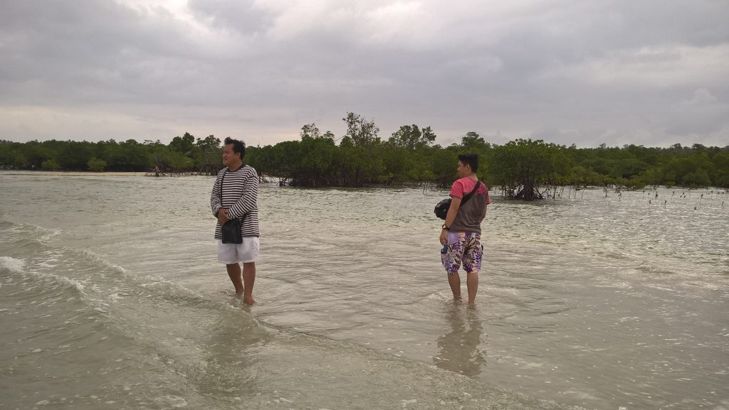 Lelen & Mat enjoy the view at Yang-in sand bar in Cagbalete Island